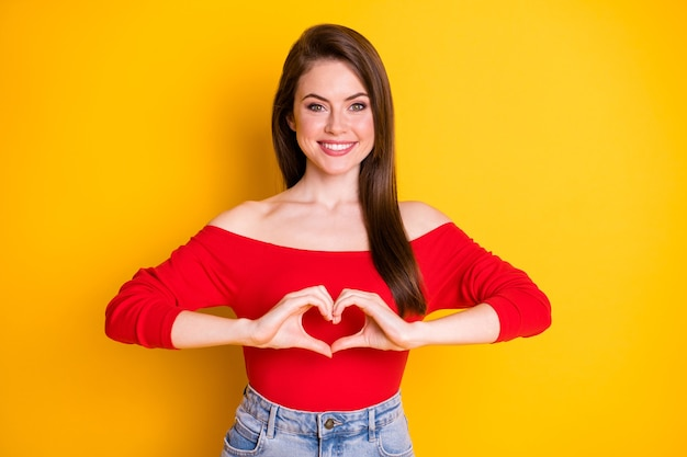 Portrait d'elle elle belle jolie charmante charmante joyeuse fille aux cheveux bruns gaie montrant la paix en forme de coeur isolé brillant vif éclat vibrant fond de couleur jaune