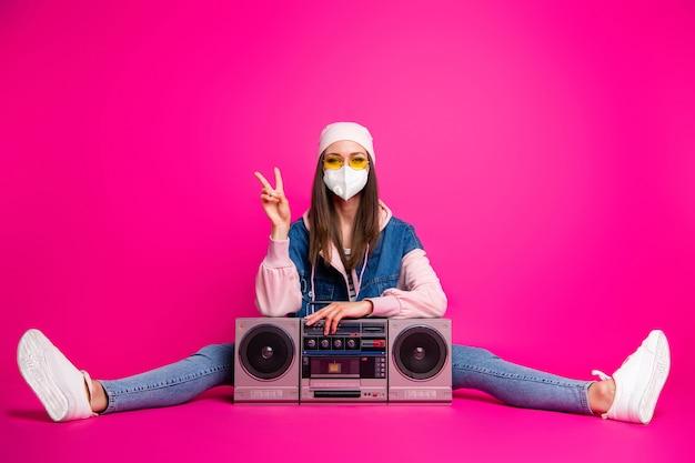 Portrait d'elle elle belle jolie fille funky montrant v-sign mers cov grippe prévention de la fièvre élevée écoute de la musique isolée sur fond de couleur rose fuchsia vif brillant éclatant