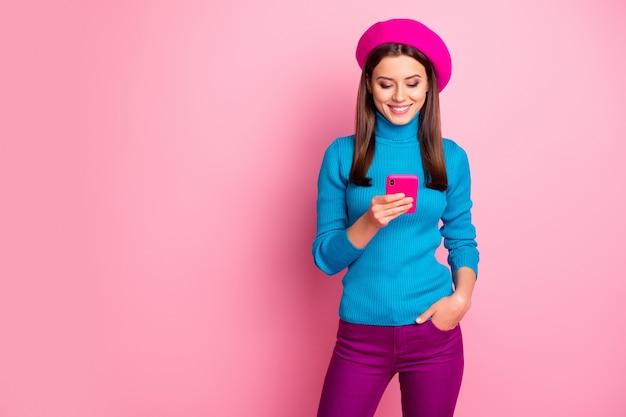 Portrait d'elle elle belle jolie jolie charmante charmante jolie à la mode joyeuse joyeuse fille aux cheveux bruns utilisant un appareil d'application 5g.