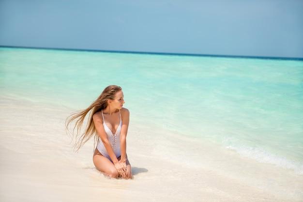 Portrait d'elle, elle est belle et séduisante, modèle de fille aux cheveux longs et mince, passe le week-end, endroit calme et paisible paradis bali goa posant fond de publicité promo tourisme