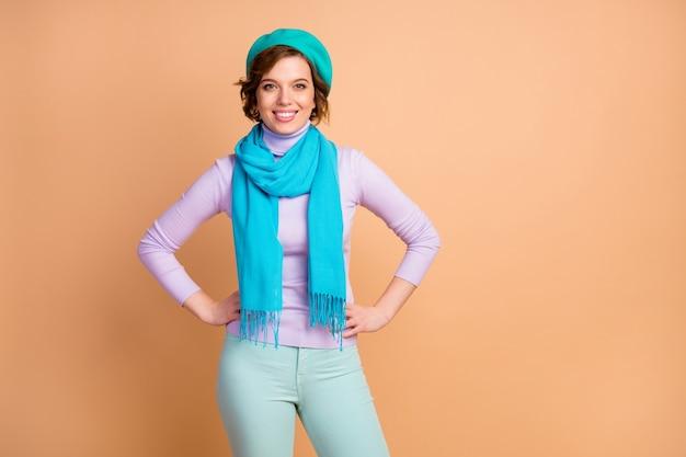 Portrait d'elle, elle, jolie, jolie, adorable, charmante, charmante, gaie, gaie, gaie, portant une écharpe de béret bleu isolée sur fond de couleur pastel beige