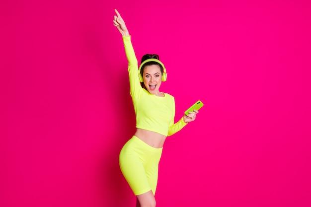 Portrait d'elle elle jolie jolie jolie fille joyeuse joyeuse écoutant de la musique dansant s'amusant du temps libre isolée sur fond de couleur rose fuchsia vif brillant éclatant