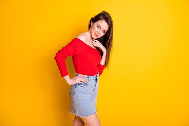 Portrait d'elle elle jolie jolie jolie jolie jolie fille aux cheveux bruns adorable modèle posant isolé sur fond de couleur jaune vif brillant éclatant