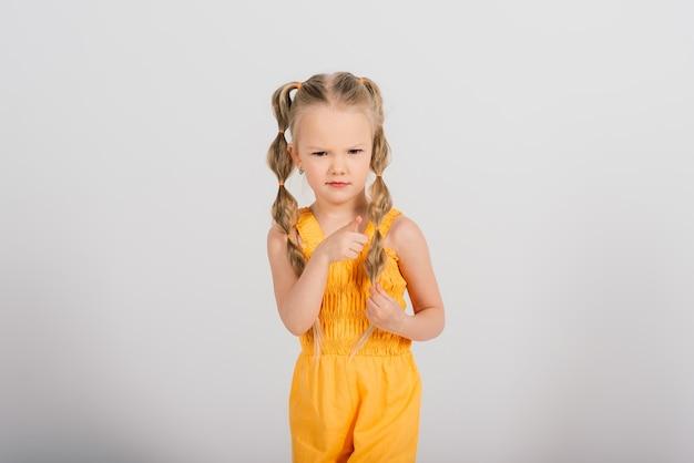 Portrait émotionnel d'une jeune fille. prise de vue en studio.