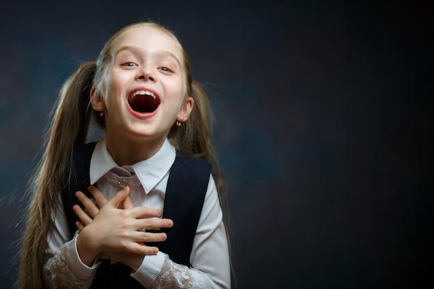 Portrait émotionnel joyeuse écolière élémentaire