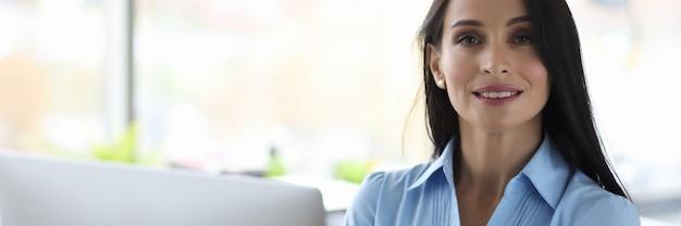 Portrait d'employé de bureau de belle femme confiante
