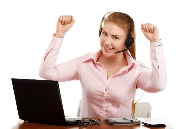 Portrait d'employé de bureau à un bureau avec un ordinateur