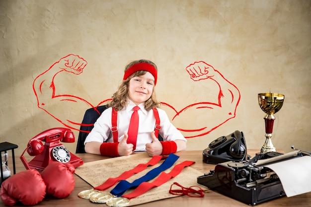 Portrait d'enfant d'affaires au bureau. sportif gagnant réussi