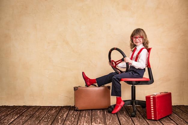 Portrait d'enfant d'affaires au bureau. voyage d'affaires et concept de voyage d'été