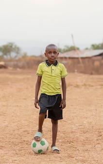 Portrait enfant africain avec ballon de football