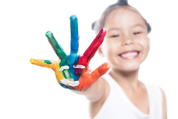 Portrait d'enfant asiatique avec des mains peintes isolé
