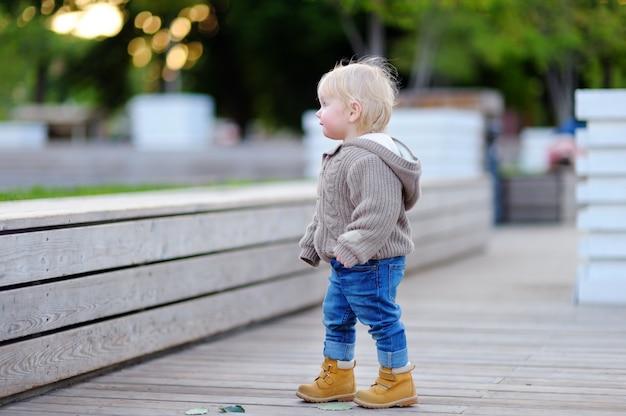 Portrait d'enfant en bas âge marchant dans une grande ville