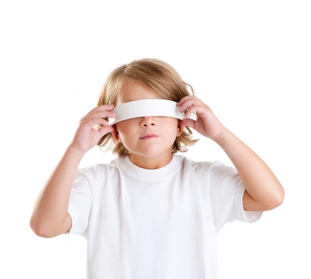 Portrait d'enfant blond les enfants les yeux bandés isolé sur blanc