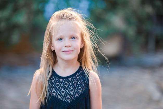 Portrait d'enfant caucasien profiter des vacances d'été à rome