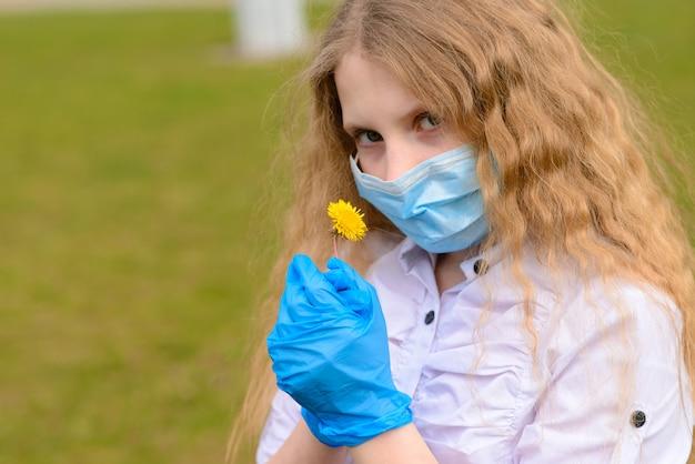 Portrait d'un enfant caucasien triste dans un masque facial sur une aire de jeux fermée en plein air. coronavirus mise en quarantaine à distance sociale.