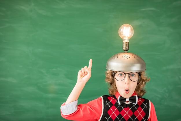 Portrait d'enfant en classe. enfant avec casque de réalité virtuelle jouet en classe. concept de technologie de réussite, d'idée et d'innovation. retour à l'école