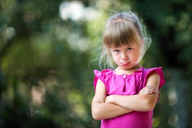 Portrait d'enfant fille se sentir en colère et insatisfaite