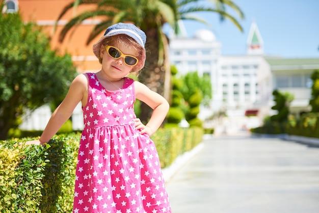 Portrait d'un enfant heureux portant des lunettes de soleil à l'extérieur en journée d'été. amara dolce vita hôtel de luxe. recours. tekirova-kemer. dinde.