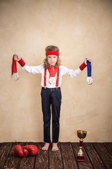 Portrait d'enfant d'homme d'affaires fort au bureau. concept de réussite et de gagnant
