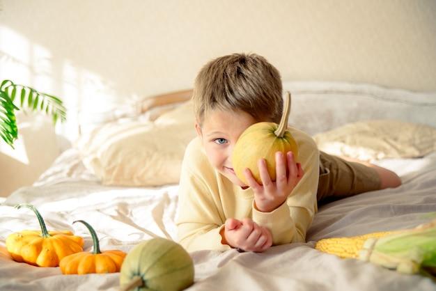 Portrait d'un enfant jouant avec des citrouilles