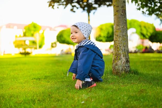 Portrait d'un enfant jouant sur la pelouse
