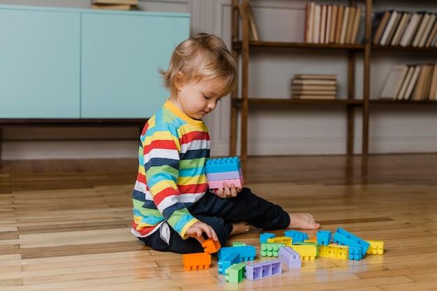 Portrait enfant jouant