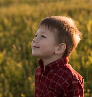 Portrait d'enfant mignon. super boy. visage des enfants. concept d'enfants heureux.