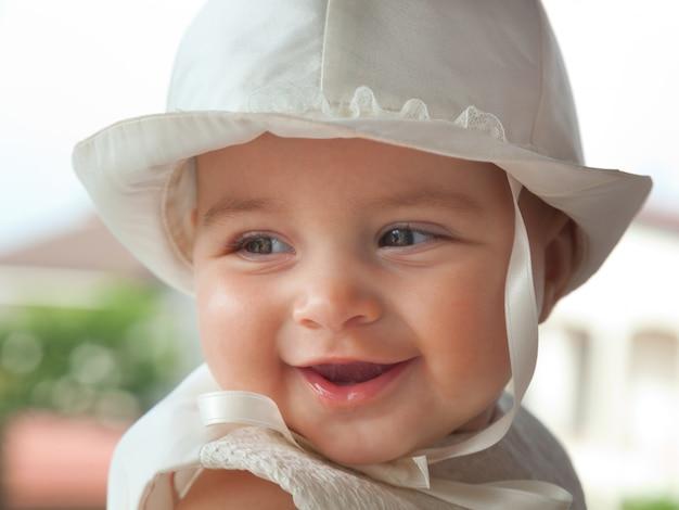 Portrait d'une enfant quelques mois le jour de son baptême.