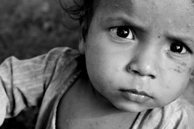 Portrait d'enfant de la rue pauvre