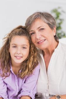 Portrait d'une enfant et de sa grand-mère