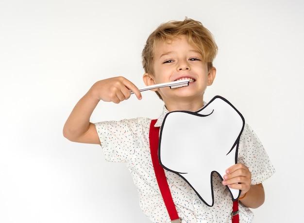 Portrait d'enfant tenant l'icône de papier