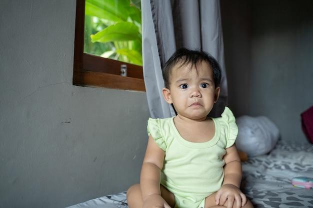 Portrait d'un enfant triste qui ne peut pas dormir seul à la maison