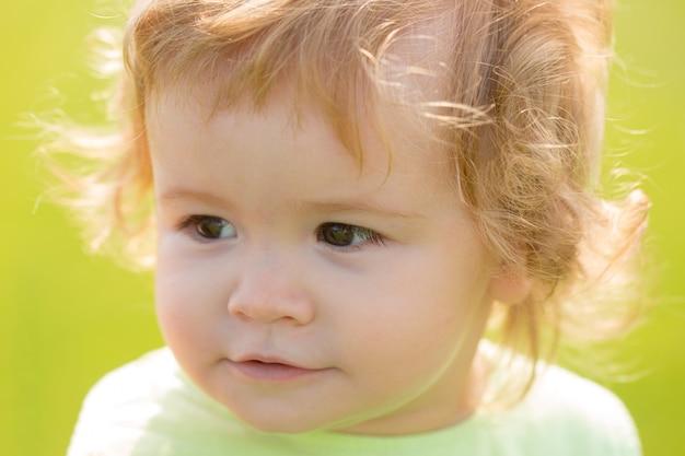 Portrait d'enfants bouchent la tête d'un enfant mignon