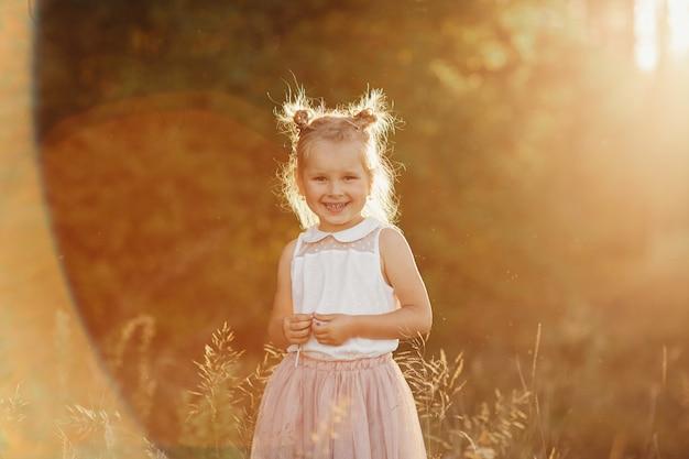 Portrait d'enfants d'une fille. belle fille au coucher du soleil