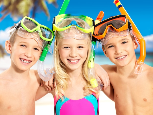 Portrait des enfants heureux appréciant à la plage