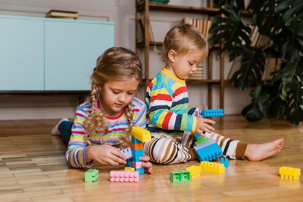 Portrait d'enfants jouant ensemble