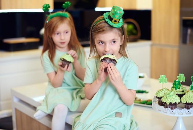 Portrait d'enfants mangeant un petit gâteau