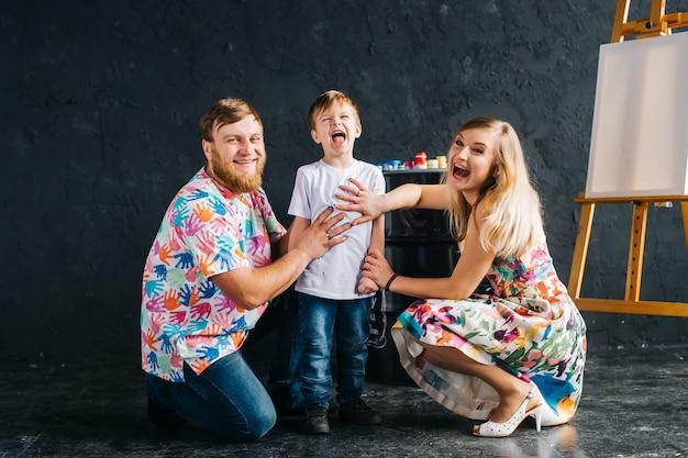 Portrait d'enfants peignant et s'amusant. ils montrent leurs mains peintes de couleurs vives. nous restons à la maison, nous amusons et dessinons