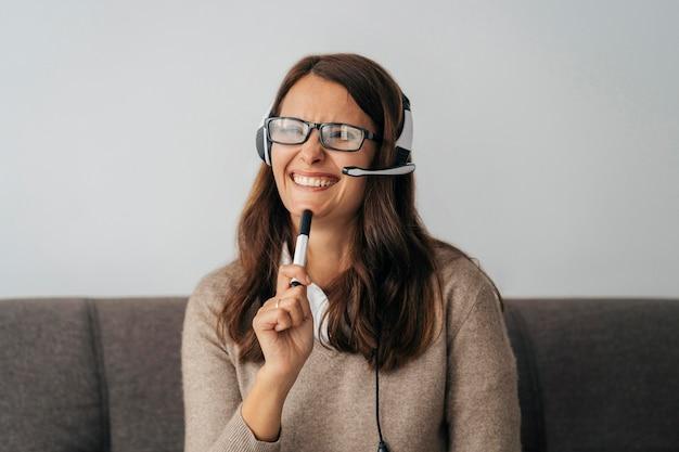 Portrait d'un enseignant donnant des cours en ligne