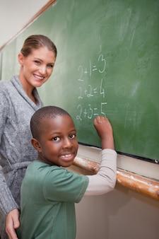 Portrait d'un enseignant expliquant les mathématiques à un élève