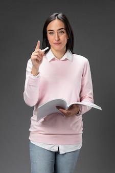 Portrait enseignant femme tenant livre