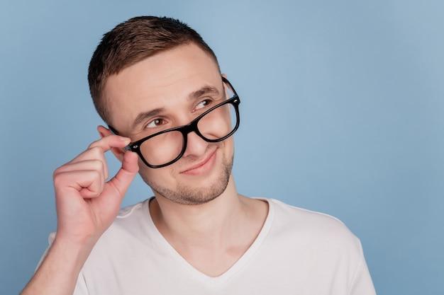 Portrait d'un enseignant intelligent et confiant touchant ses lunettes.