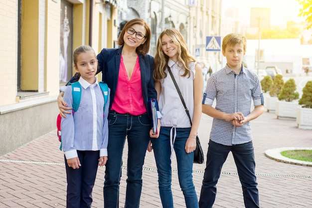 Portrait d'enseignante avec des enfants
