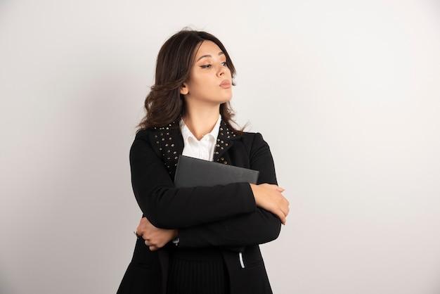 Portrait d'enseignante posant sur blanc.