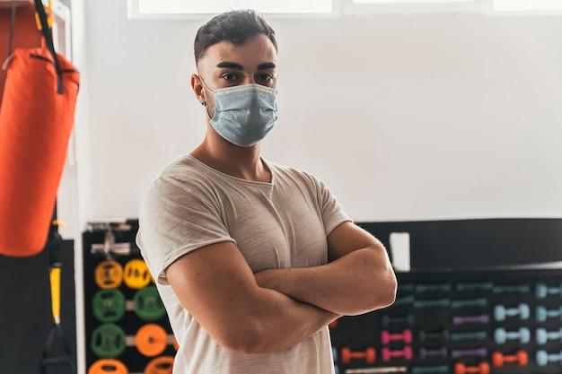 Portrait d'entraîneur de fitness dans la salle de gym