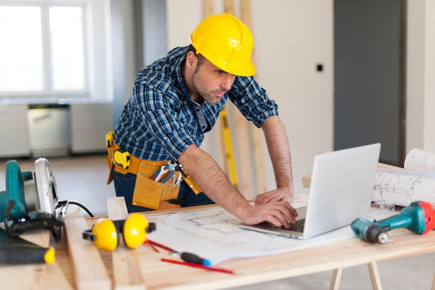 Portrait de l'entrepreneur en bâtiment qui travaille dur