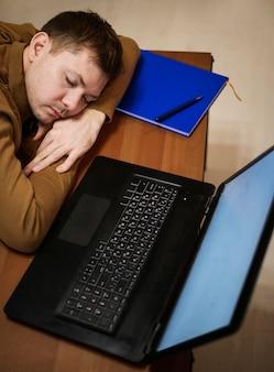 Portrait d'un entrepreneur faisant une sieste
