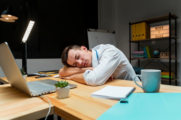 Portrait d'entrepreneur fatigué après avoir travaillé la nuit