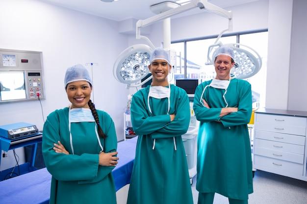 Portrait de l'équipe de chirurgiens en salle d'opération