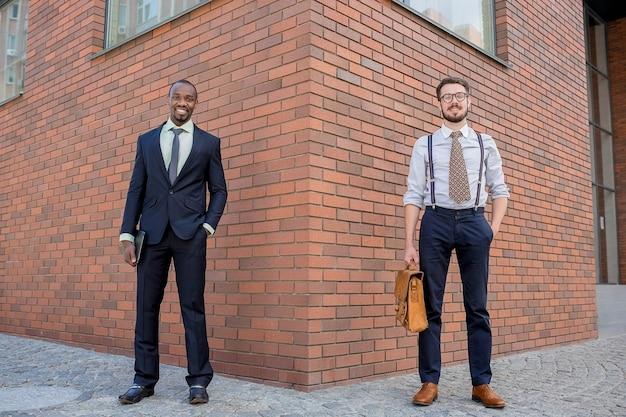 Portrait de l'équipe commerciale multiethnique.